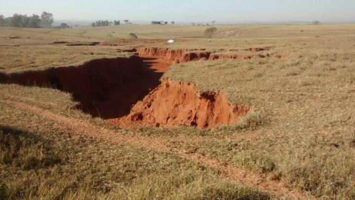 A erosão é provocada principalmente pela ação da água e do vento sob terras desprotegidas.
